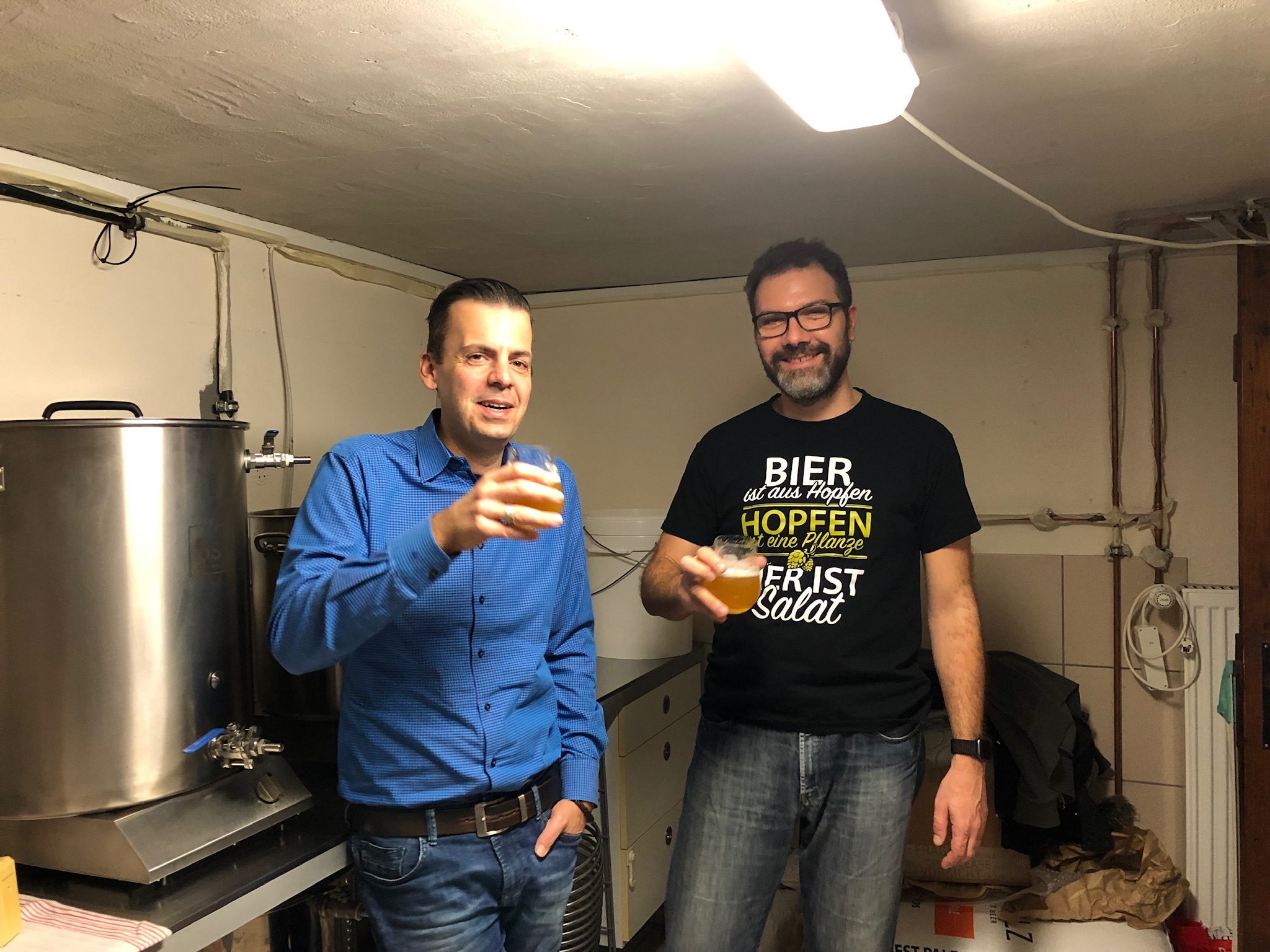 """Steffen (links) und Thorsten in ihrer """"Brauküche"""" in Trebur"""